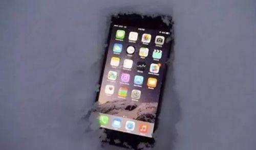 苹果手机冬天自动关机?看网友给出的奇葩解决法